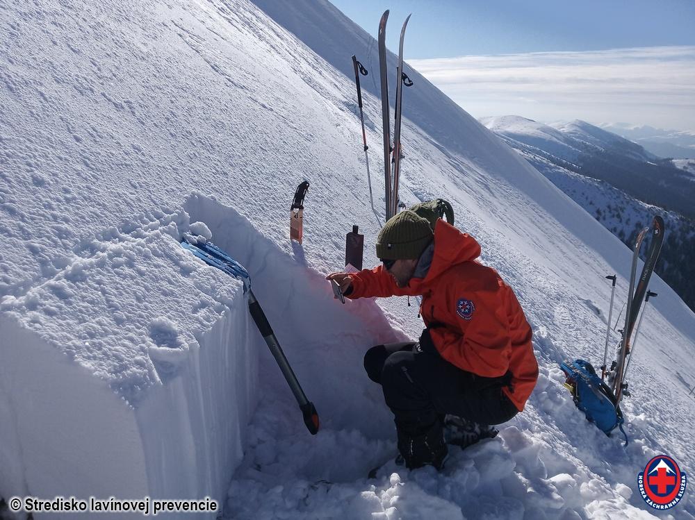 2020_03_09 Nízke Tatry, SV svah Ďurkovej, výroba profilu snehovej pokrývky