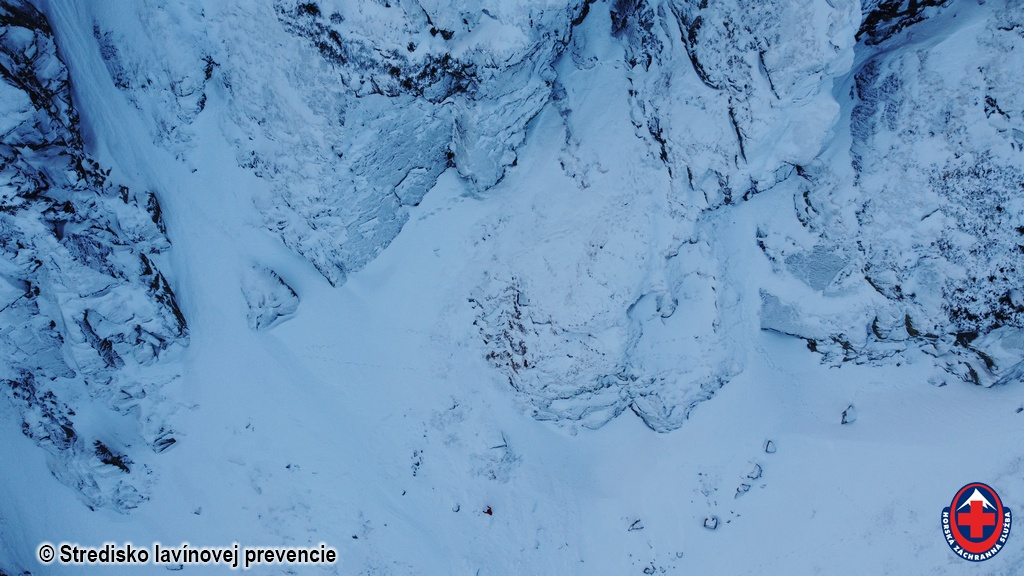 2020-12-16-Nízke Tatry Lukovský kotol, detail na lavínu