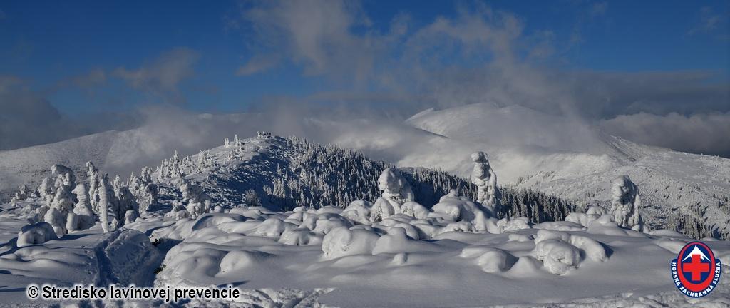 2021-01-09 Pohľad na hlavný hrebeň Nízkych Tatier v popredí Lajštroch